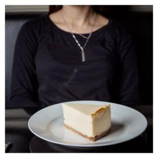 אנחנו נהנים ממנה כבר כמעט 16 שנה, יום אחרי יום אחרי יום, עם מתכון שלא זז מילימטר.  יום עוגת גבינה שמח!  #cheesecakeday #newyorkcheesecake #bakerytlv